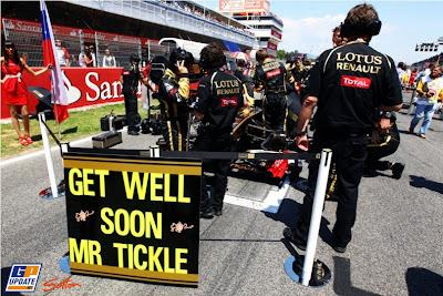 Get Well Soon Mr Tickle послание Роберту Кубице от команды Lotus Renault на стартовой решетке Гран-при Испании 2011