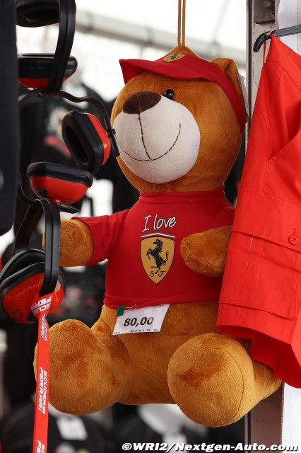 плюшевый мишка Ferrari на Гран-при Испании 2011