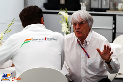 Берни Экклстоун и Адриан Сутиль что-то обсуждают на Гран-при Испании 2011