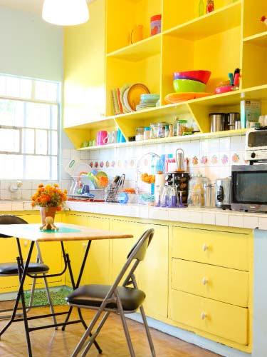 Фото маленькой яркой кухни дизайн