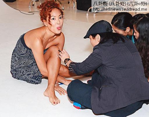 她將身和腳扭成一團,讓 Annie在她身上度位,黐上膠粒(右圖)扮虎紋。
