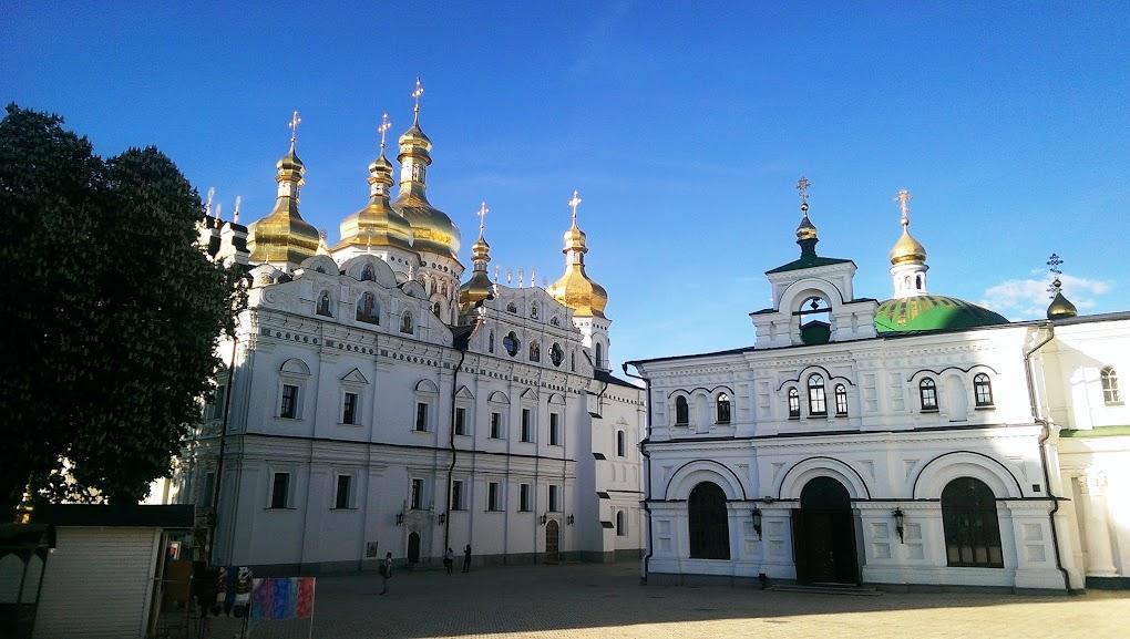 Вид на Успенский собор и Трапезную церковь в Киево-Печерской Лавре