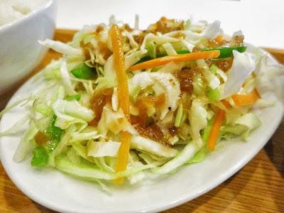別皿で盛られた野菜サラダ