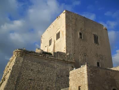 Festungsturm Torre Cabrera an der Mittelmeer-Küste in Pozzallo, Sizilien, Italien