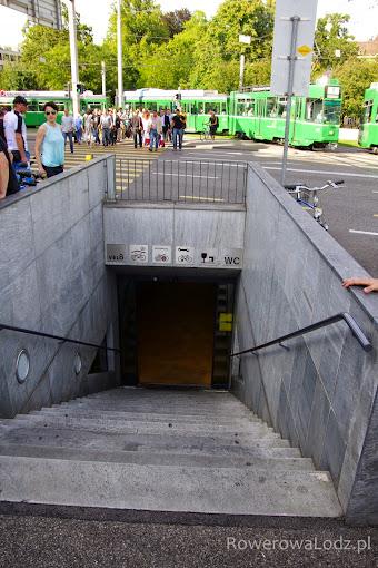 Podziemny parking rowerowy wraz z serwisem rowerowym. Rzecz jasna jest też osobny wjazd do wjechania rowerem.