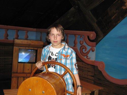 Schip ahoi maatjes. Kapitein Kevin klieft door de baren.