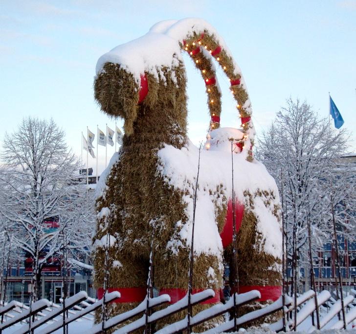 La cabra de de Gävle en Slottstorget, Suecia