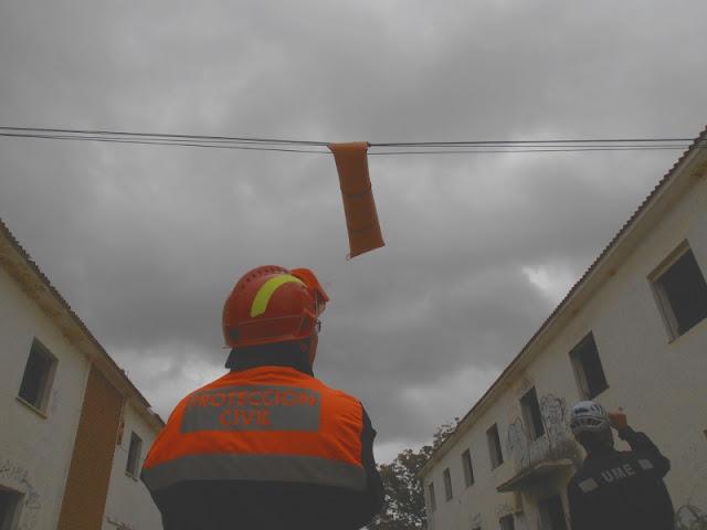 Durante el taller de rescate en altura usando la camilla SKED.