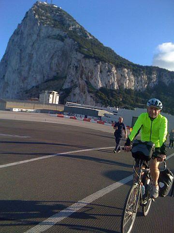 Chris on the Bike radelt auf der Rollbahn des Flughafens von Gibraltar