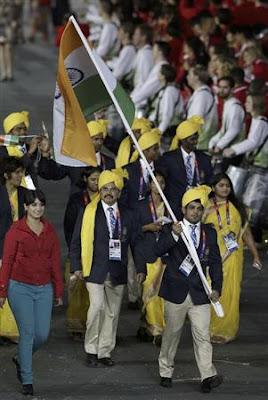 ロンドンオリンピック開会式でインドの選手団に謎の女性が一緒に行進