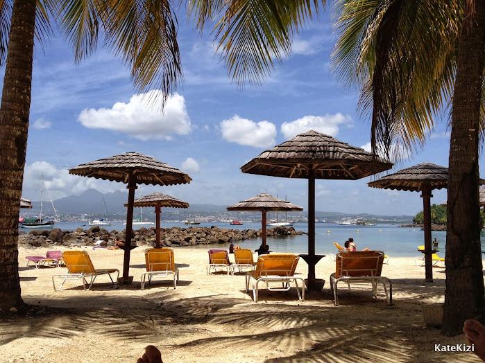 На Мартинике все пляжи - публичные, даже если они находятся на территории отеля. Однако на нашем пляже практически не было чужаков. Каждый гость отеля получает пляжные полотенца каждое утро и может выбрать себе место по душе - в тени пальмы или под солнышком.