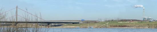 Der Rhein, im Hintergrund Autobahnbrücke, Giftmüll-Deponie und Müllverbrennung.