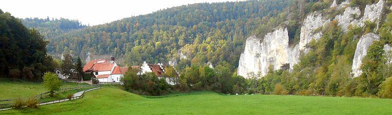 Gutshof Käppeler im Tal der Oberen Donau bei Beuron-Thiergarten mit Jurafelsen