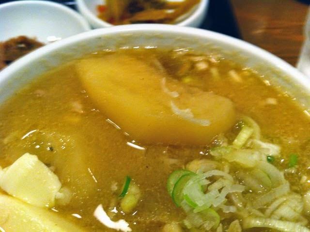 でかい大根とジャガイモを中心に、お野菜どぅさりのとん汁だ!