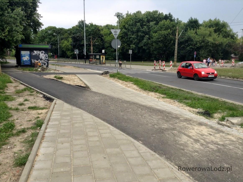 Dość dziwne rozwiazanie skrętu. Ilu rowerzystów będzie skracać sobie drogę przez chodnik?