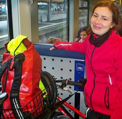 Anna danach: happy im Zug von Thun nach Fribourg, Schweiz