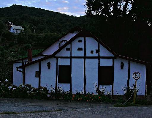 Casa coloniera en la penumbra del amanecer en la Colonia Tovar