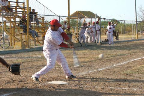 Rafael Jasso de CNC en el softbol sabatino.