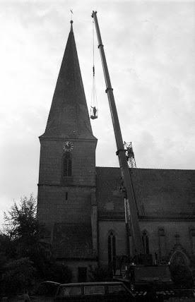 Autokran vor Kirche Kirchfarrnbach