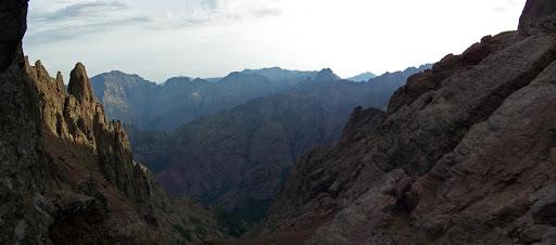 Le ravin de Laoscella sur le versant Falasorma depuis Bocca di I Mori. En bas, le Monte Saltare