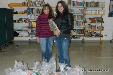 Entrega de libros a biblioteca a cargo de la diputada Martha de los Santos