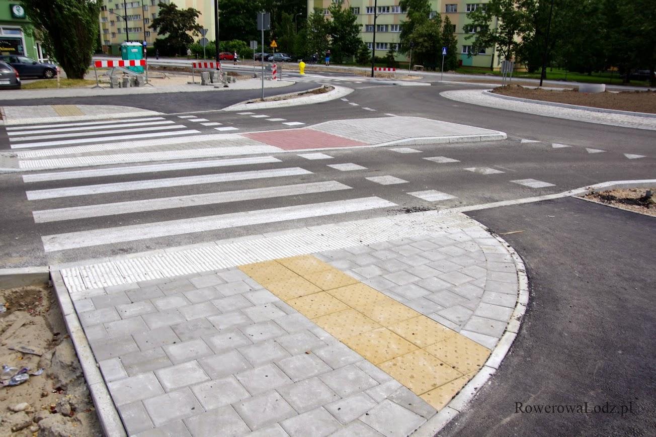 Także na tym skrzyżowaniu/rondzie zastosowano czerwona kostkę na przejazdach rowerowych.