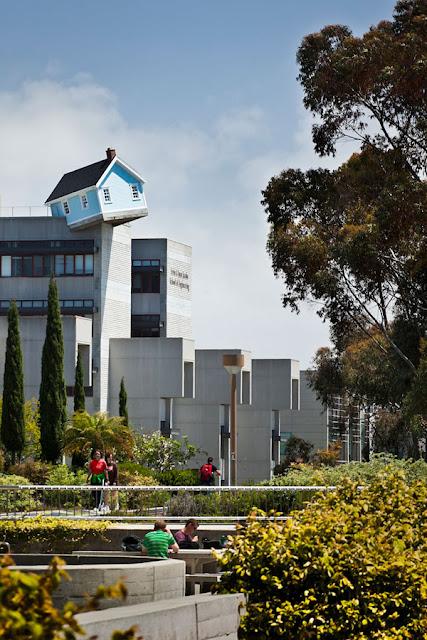 """""""Паднала звезда""""-къща на покрив в Сан Диего арт инсталация"""