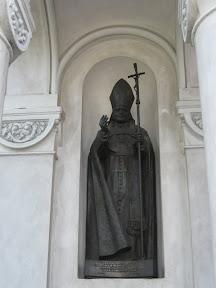 Pomnik papieża przy kościele w Augustowie