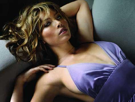 Jessica Biel tumbada en el sofá