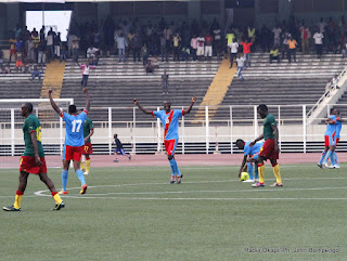 Les Léopards juniors de la RDC (bleu) célébrant la victoire contre les Lions Juniors du Cameroun (vert) le 6/10/2012 au stade des martyrs à Kinshasa, score: 4-1. Radio Okapi/ Ph. John Bompengo