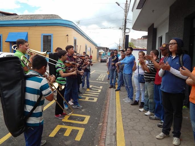 Integrantes de la Orquesta Sinfónica Núcleo Palmira, del estado Táchira, se apostaron a orillas de la calle para animar la cola de un cajero automático