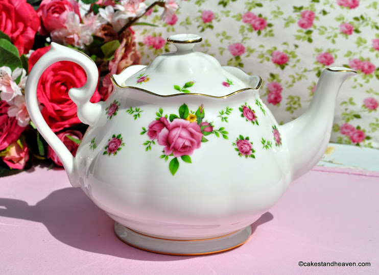 Pretty pink roses and white bone china 2 pint teapot