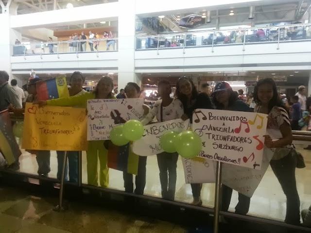 Los padres y familiares de los niños de la sniv esperaron emocionados con pancartas, pitos, bombas y banderas de venezuela
