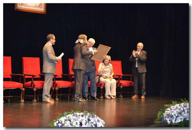 Recibe su diploma acreditativo de manos del alcalde, Francisco González Burgos