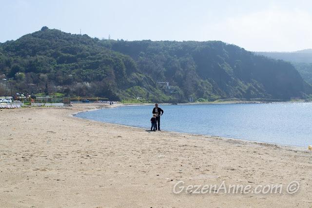 Poyrazköy plajında oynayan oğlum