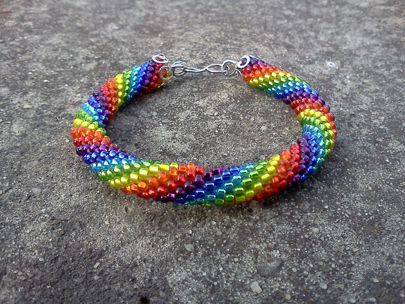 Радужный браслет, связан