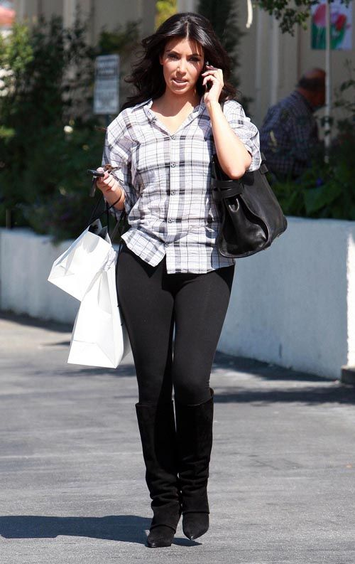 Kim Kardashian In Tight Leggings(upskirt-5photos)5