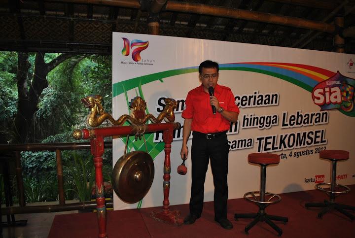Bapak Maryanto Menabuh Gong Tanda Peluncuran Telkomsel Siaga 2012