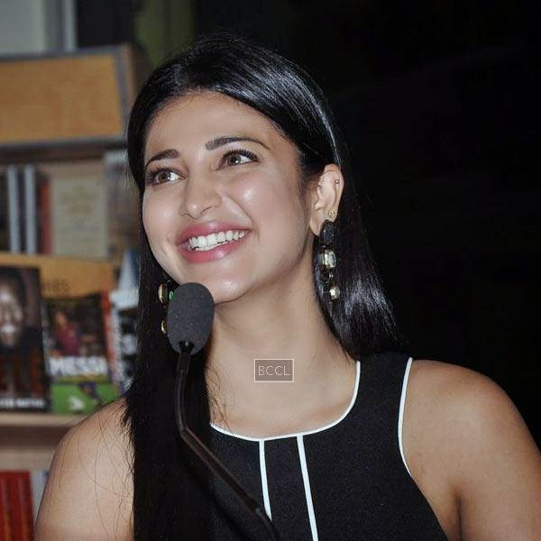 Shruti Hassan is all smiles during the launch of Dr Rashmi Shetty's book 'Age Erase', held at Crossword, on July 11, 2014.(Pic: Viral Bhayani)