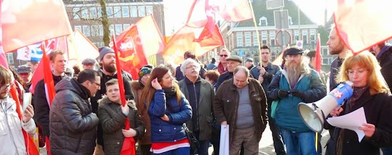 Demonstrantinnen mit roten Fahnen.