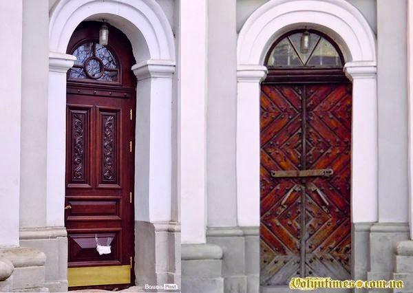 Двері луцького Кафедрального костелу Святих Апостолів Петра і Павла до і після заміни.