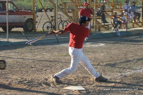 Marco González de CNC en el softbol sabatino