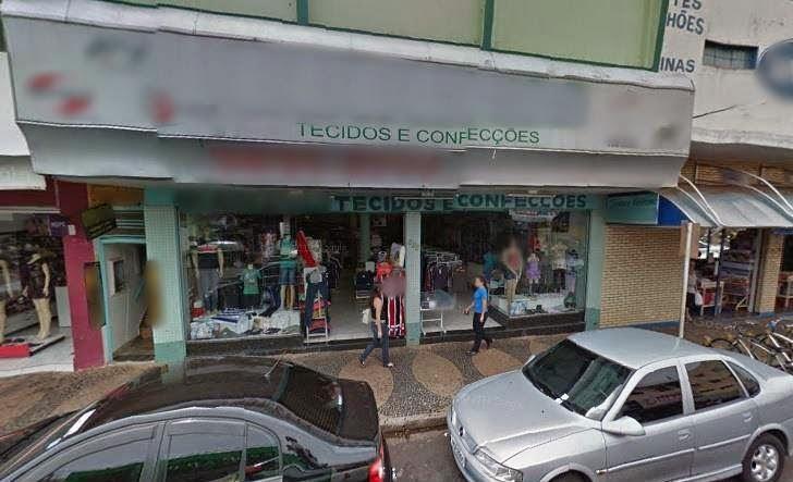 Indivíduos furtam loja no feriado.