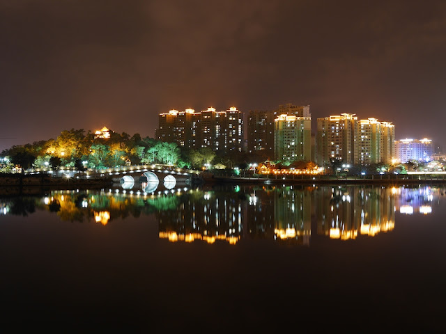 Yuanyang Lake Park (鸳鸯湖公园) in Yangjiang at night
