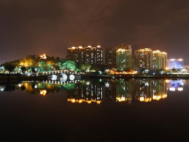 Yuanyang Lake Park (鸳鸯湖公园) in Yangjiang at night