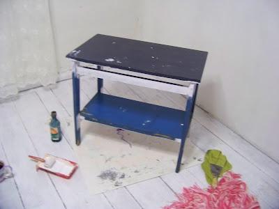 stoliczek stolik malowanie mebli odnawianie mebli przemalowanie znikający stoliczek białe meble wpracowni
