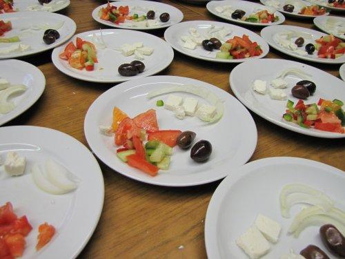 Voorgerecht Mezze: feta, olijven, tomaten, paprika, calamares, sinaasappel