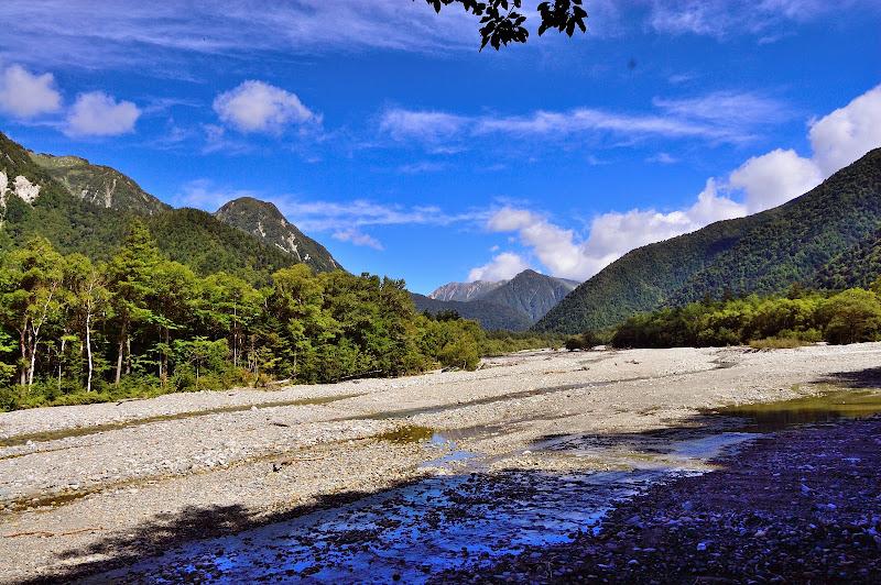 同じく川の上流を撮る。槍ヶ岳方面