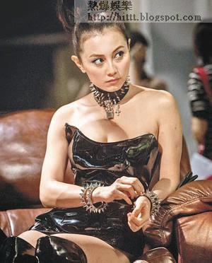 穿上褻衣的袁嘉敏於《屍城》中有大膽演出,為成名不介意走性感路線。
