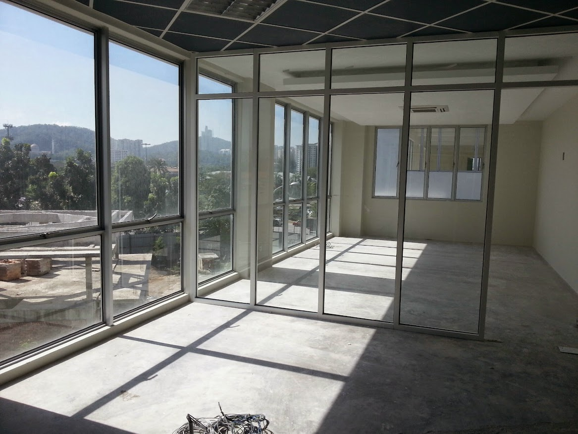 GM room with glass partition